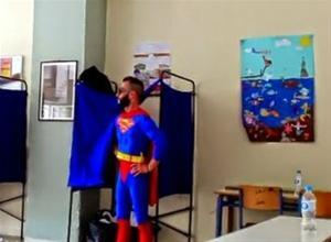 Ο Superman ψήφισε στην Θεσσαλονίκη