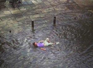 Νερά παρέσυραν πεζό στην Θεσσαλονίκη (photo)