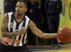 Μπασκετμπολίστας του ΠΑΟΚ όρμησε στην εξέδρα και χτύπησε οπαδό