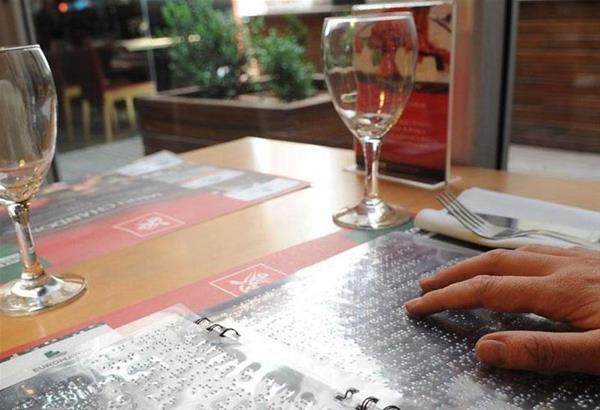 Εστιατόριο στην Καβάλα προσφέρει το μενού του σε γραφή Μπράιγ
