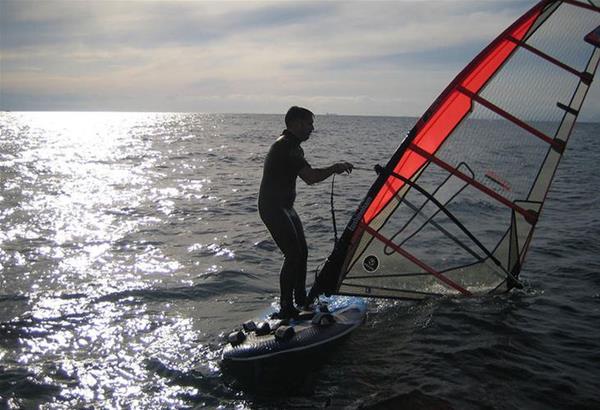 Δωρεάν μαθήματα Windsurfing – SUP στην παραλία Αγγελοχωρίου, την Κυριακή 9 Ιουνίου.