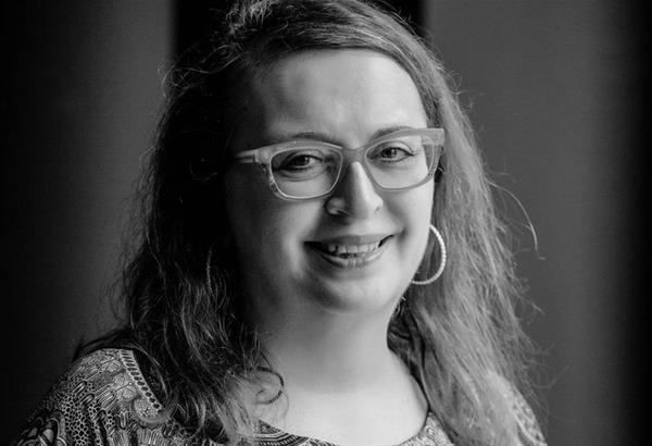 Θρηνώ την γυναίκα που θάφτηκε κάτω από την οργή και την ανύπαρκτη αυτοεκτίμηση (Κορίνα Κιτικίδου - συνέντευξη)