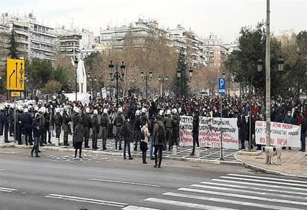 Δείτε τα επεισόδια μεταξύ φοιτητών και αστυνομικών στην πορεία διαμαρτυρίας στη Θεσσαλονίκη (βίντεο)