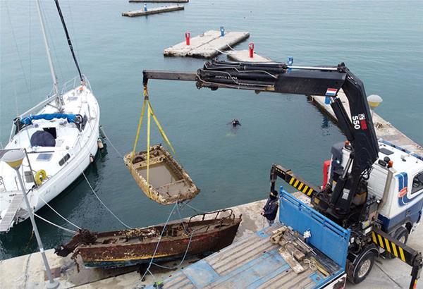 Ν. Μουδανιά: Καθαρισμός του βυθού από βυθισμένες βάρκες