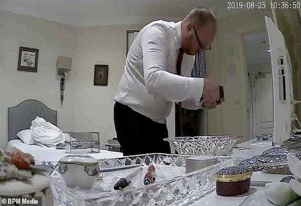 Βρετανία: Η στιγμή που διευθυντής γηροκομείου κλέβει τα πράγματα ετοιμοθάνατης ηλικιωμένης.Video