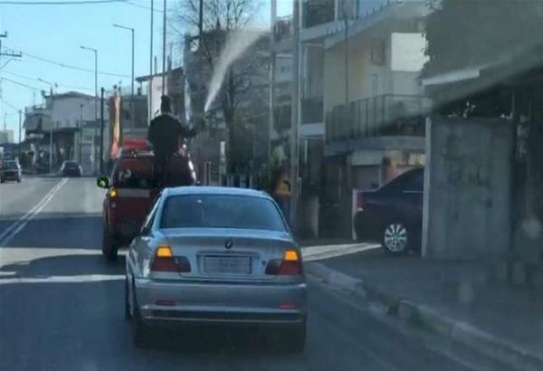 Παπάς πάνω σε πυροσβεστικό έριχνε Αγιασμό με τη μάνικα την παραμονή των Θεοφανείων. Video