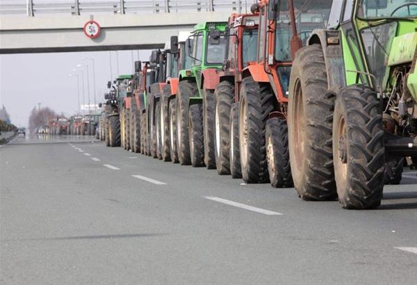 Μπλόκα αγροτών: Κλείνουν τις εθνικές οδούς στα Τέμπη και προς Πάτρα