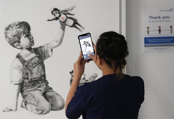 Μια νοσηλεύτρια, ο σούπερ ήρωας που επιλέγει ένα παιδί, στο επίκαιρο έργο του Banksy