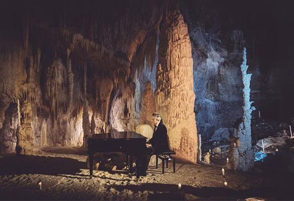 Ο Andrea Bocelli ερμηνεύει χριστουγεννιάτικα τραγούδια μέσα σε σπηλιές της Ιταλίας