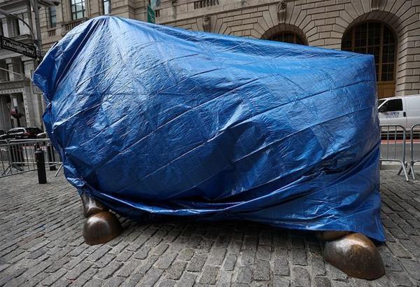 ΝΥ: Ο ταύρος της Wall Street καλύφθηκε υπό τον φόβο βανδαλισμών μετά το σκάνδαλο Robinhood