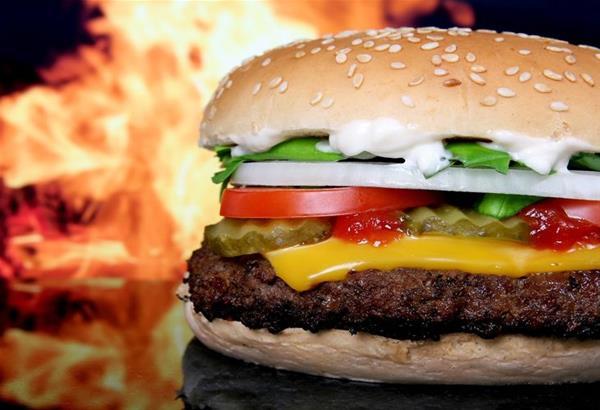 8 λαχταριστές συνταγές για αφράτα σπιτικά burgers (βίντεο)