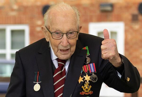 Βρετανία: O 100χρονος «Κάπτεν Τομ» που μάζεψε 32 εκ. λίρες για το NHS νοσηλεύεται με Covid