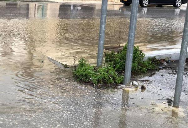 Κέρκυρα: Σφοδρή βροχή και χαλαζόπτωση στο νησί- Πλημμύρισαν δρόμοι