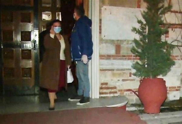 Θεσσαλονίκη: Χειρονομία ηλικιωμένης βγαίνοντας από την εκκλησία (βίντεο)