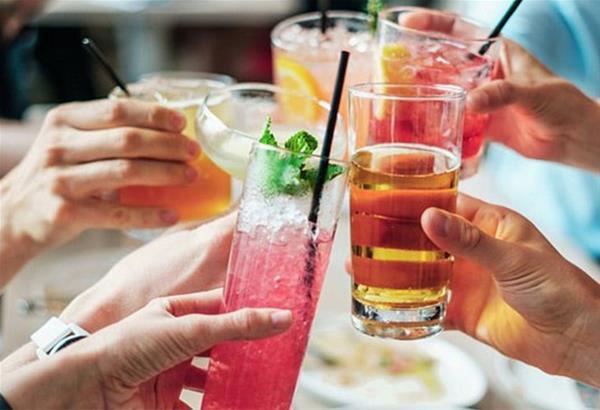 Αγγλία: «Κορωνο-πάρτυ»  με 60 άτομα, μπόλικο αλκοόλ και πολλά ...χαρτονοσμίσματα!