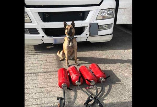 ΕΛ.ΑΣ: 'Εκρυβε ναρκωτικά μέσα στους πυροσβεστήρες του φορτηγού του