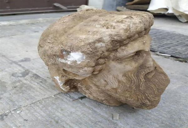 Αθήνα: Βρέθηκε αρχαία κεφαλή αγάλματος κατά τις εργασίες συντήρησης δρόμου