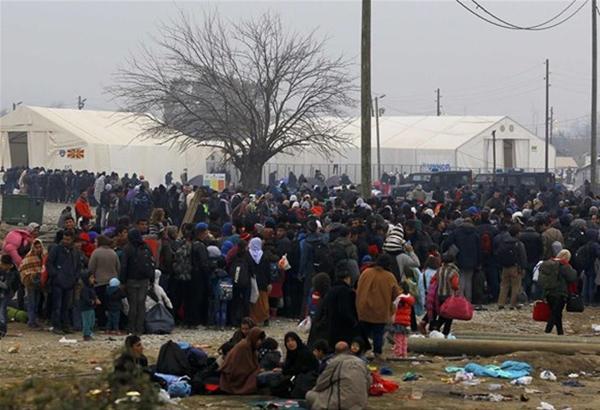 Περίπου 3.000 πρόσφυγες παραμένουν στην Ειδομένη - πρόσφυγες διαμαρτυρόμενοι έκλεισαν την  σιδηροδρομική γραμμή