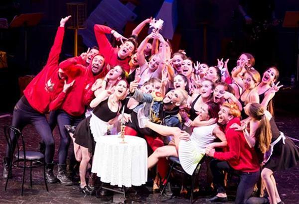 Εορταστική παράσταση «Ένα Βήμα τη Φορά The Musical» στο Θέατρο Αθήναιον