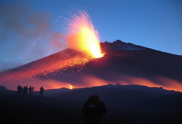 Ιταλία: Ξύπνησε το ηφαίστειο της Αίτνας με εκρήξεις λάβας που έφτασαν τα 100 μέτρα  (βίντεο)