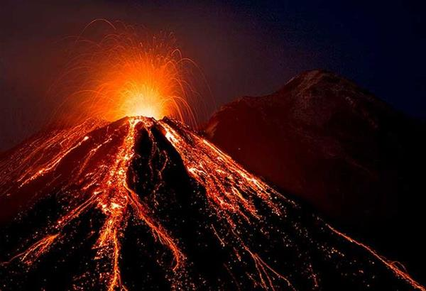 Συνεχίζει να βρυχάται το ηφαίστειο της Αίτνας εκτοξεύοντας ποτάμια λάβας (βίντεο)