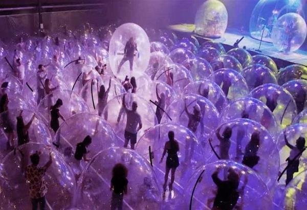Flaming Lips: Συναυλία ροκ μέσα σε φούσκες για τήρηση των προστατευτικών μέτρων (βίντεο)