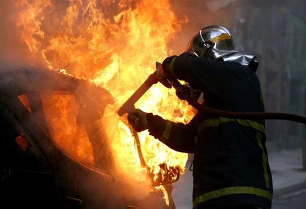 Θεσσαλονίκη: Στις φλόγες τυλίχθηκε σταθμευμένο όχημα τα ξημερώματα