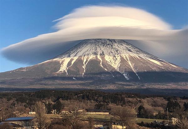 Ο Σάκης Αρναούτογλου κοινοποίησε φωτογραφία από το όρος Φούτζι με ... καπέλο!