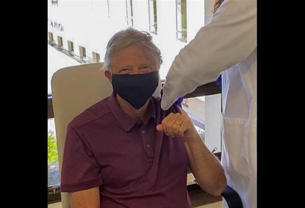 Μπιλ Γκέιτς: Έκανε το εμβόλιο κατά του κορωνοϊού ευχαριστώντας τους πάντες