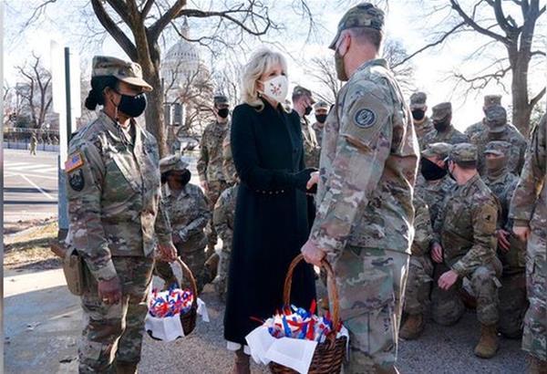 Η Πρώτη Κυρία των ΗΠΑ μοιράζει μπισκοτάκια στα μέλη της Εθνοφρουράς (βίντεο)