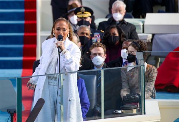 JLO: Η εκθαμβωτική ποπ τραγουδίστρια ερμηνεύει το This is your land στην ορκωμοσία Μπάιντεν (βίντεο)