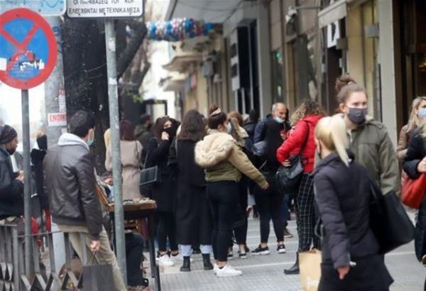 Θεσσαλονίκη: Το αδιαχώρητο στην αγορά με τεράστιες ουρές έξω από τα καταστήματα (βίντεο)