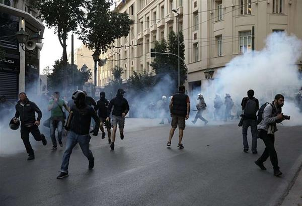 Αθήνα: Xημικά και προσαγωγές στην πορεία συμπαράστασης στον Δημήτρη Κουφοντίνα (βίντεο)