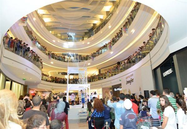 """Σε εμπορικό κέντρο στη Βηρυτό έψαλαν το  Χριστός Ανέστη"""" και στα ελληνικά"""