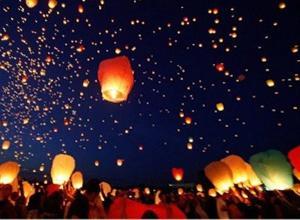 Φαναράκια και μπαλόνια γεμίζουν τον ουρανό της Θεσσαλονίκης
