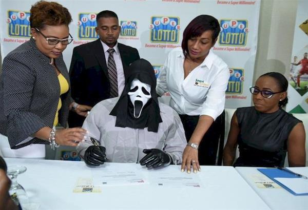 Τζαμάικα: Παρέλαβε τα κέρδη του Λόττο με μάσκα Scream για να μην τον αναγνωρίσουν οι συγγενείς και του ζητήσουν δανεικά