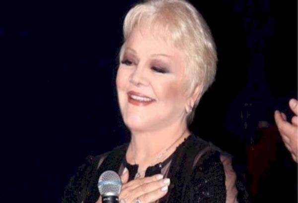Η Μαίρη Λίντα τραγουδά μέσα από το Γηροκομείο Αθηνών