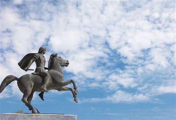 Κύπριοι φοιτητές επιχείρησαν να αναρτήσουν πανό στο άγαλμα του Μεγάλου Αλεξάνδρου