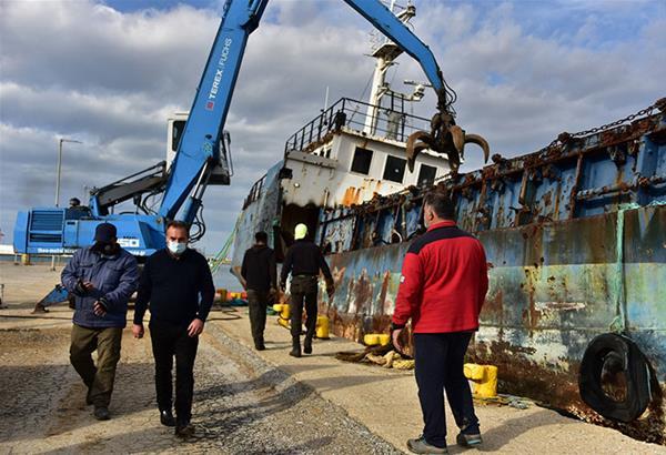 Ν. Μουδανιά: Ξεκίνησε η διάλυση και απομάκρυνση του πλοίου «Ελίζαμπεθ»