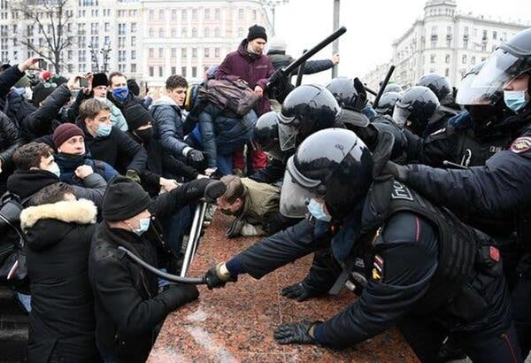 Η ΕΕ καταγγέλλει τη Μόσχα για δυσανάλογη χρήση βίας κατά τη διάρκεια των διαδηλώσεων (βίντεο)