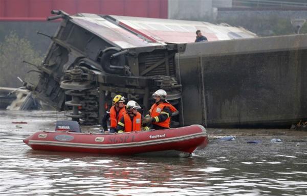 Ατελείωτη τραγωδία για τη Γαλλία! 10 οι νεκροί από τον εκτροχιασμό τρένου