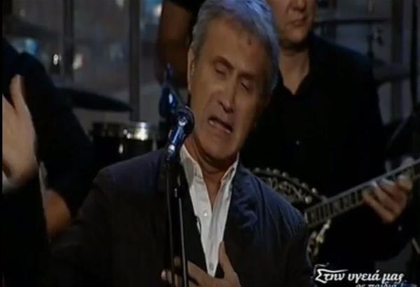 Ξέσπασε σε λυγμούς ο Νταλάρας – Χαστούκισε το μικρόφωνο. Video