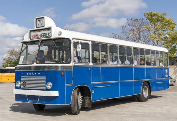 Ξενάγηση  μελών του Ελληνό-Αμερικανικού Εμπορικού Επιμελητηρίου στα μουσειακά λεωφορεία του Όμιλου Σαρακάκη