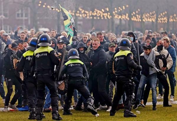 Ολλανδία: Συνεχίζονται για δεύτερη μέρα τα επεισόδια μεταξύ διαδηλωτών και αστυνομικών (βίντεο)