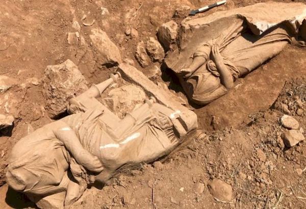 Παιανία: Εντυπωσιακή ανακάλυψη - επιτύμβιο μνημείο με δυο γυναικείες μορφές (φωτό)