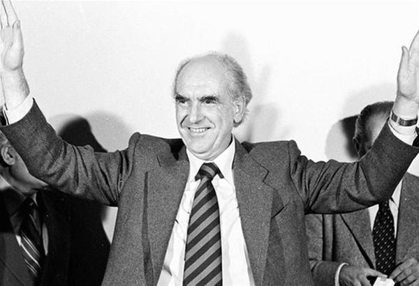 Ο Δημήτρης Κρεμαστινός 22 χρόνια μετά, σπάει τη σιωπή του και αποκαλύπτει γεγονότα που επιδείνωσαν την υγεία του Ανδρέα Παπανδρέου