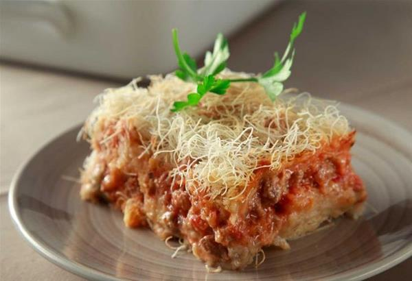 Πίτα Χουνκιάρ Μπεγιεντί με φύλλο καταΐφι και κοκκινιστό μοσχάρι και πουρέ μελιτζάνας