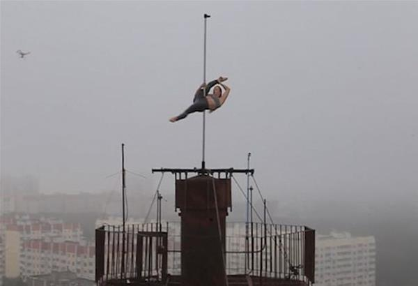 Ρωσία. Pole dancing που...ζαλίζει... στην κεραία ενός κτιρίου 16 ορόφων στην πόλη Βορονέζ νότια της Μόσχας.  Βίντεο
