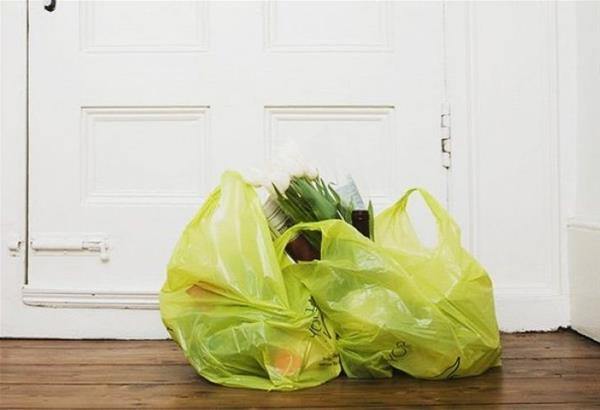 Κορωνοϊός: Είναι ανάγκη να απολυμαίνεις τα ψώνια που φέρνεις στο σπίτι; Τι λένε οι ειδικοί