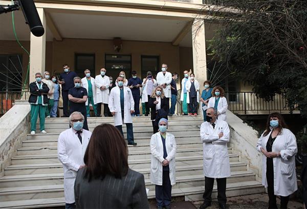 Σακελλαροπούλου: Επίσκεψη στο «ΣΩΤΗΡΙΑ» - Τηλεφωνικές ευχές με παιδιά, ομογενείς, ναυτικούς, στρατιώτες